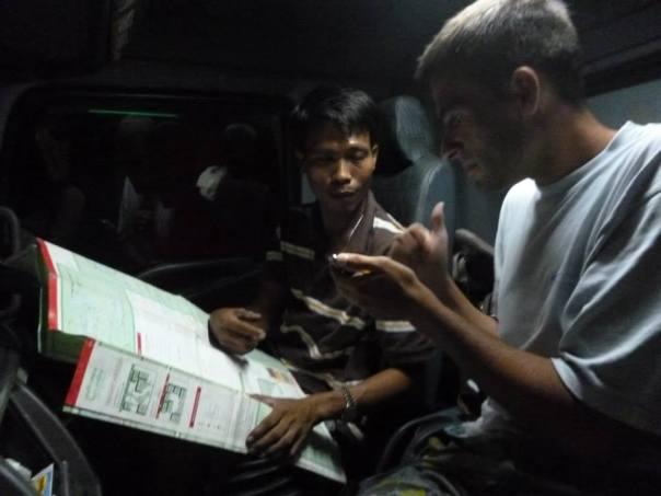 Haciendome entender  con el camionero a traves de los signos!! En este camion llegue a la capital de Tailandia
