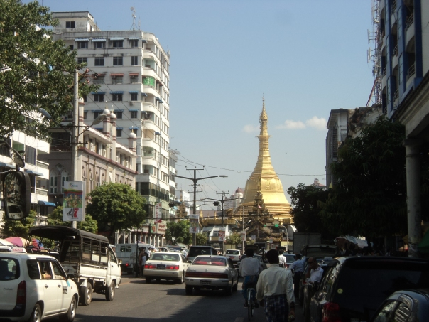 Yangoon . Sule  Pagoda al fondo