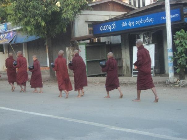 Tipicas ofrendas a los monjes