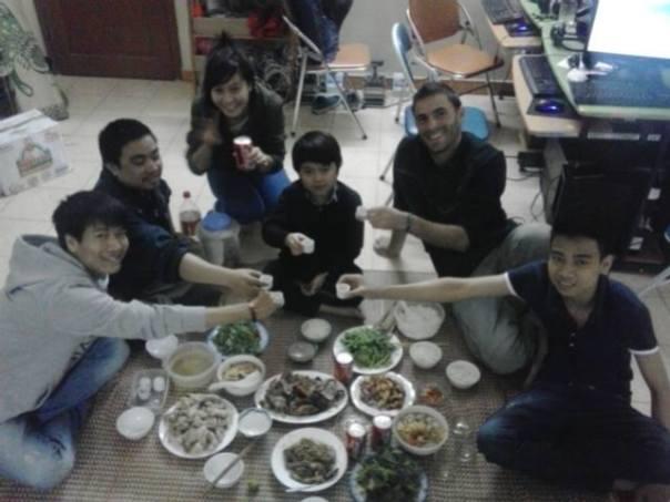 Cenando con mis amigos en Hanoi