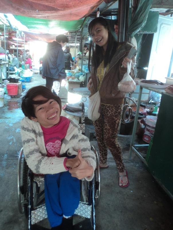 Con Van y Phuong en un Mercado Local