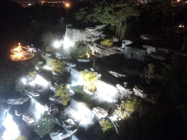Cataratas artificiales en el alumbrado chino en Liuzhuo