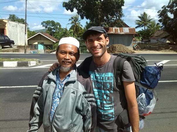 Con uno de los camioneros en Indonesia
