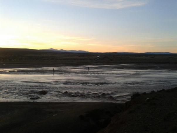 Esperando a que baje la crecida del rio