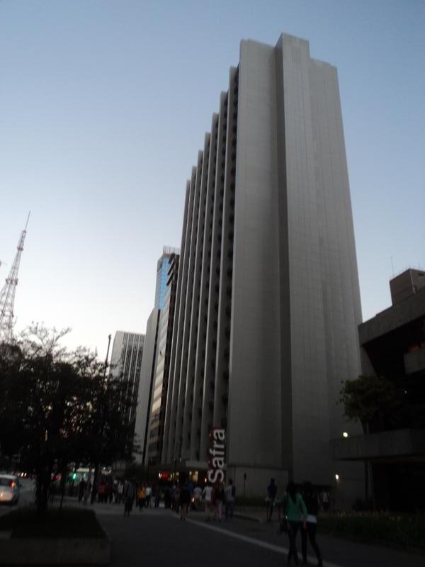 Muchos rascacielos .