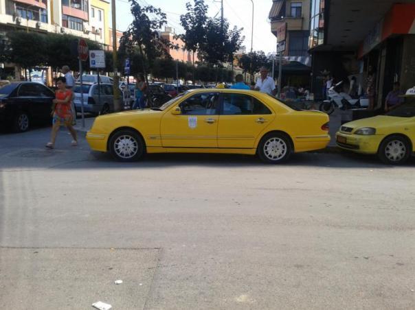 Abundan los Mercedes , como taxi , en Tirana