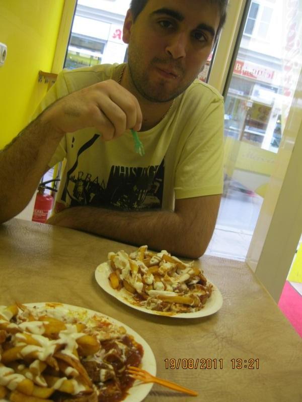 Con mi hermano , degustando kebabs .