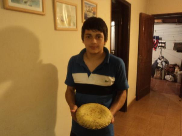Alex , con una tortilla de patatas .
